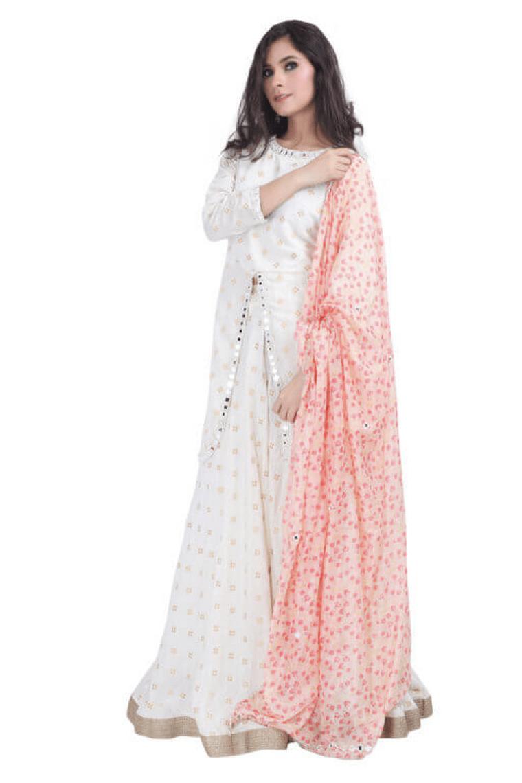 woman wearing kurti sharara